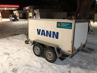 En vannlekkasje ved Veumveien 40 er årsaken til at minst 30 boenheter nå er uten vann. Kommunen sørger for at det blir satt ut vannvogn ved bensinstasjonen i Christianslundkrysset.
