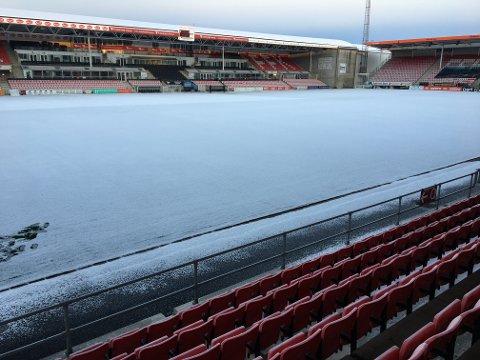 Trøbbel: Det ligger ikke mye snø på Stadion-matta, men det er nok til å skape trøbbel.