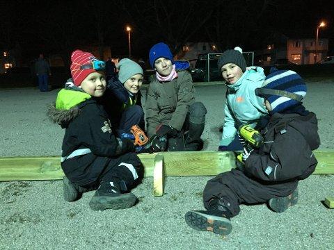 Alle i arbeid: Kasper Slettelid Karlsen (7), Martin Bergstrøm (10), Lars Hannegard Larsen (11), Sofie Apenes (9) og Mattis Hauglid hjalp til med å lage skøytebane onsdag.
