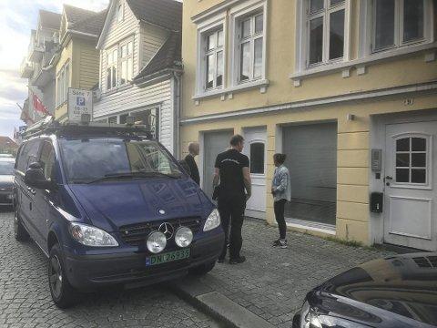 Krimteknikere fra politiet rykket ut og sjekket åstedet etter at mannen i 30-årene ble funnet død i sin egen leilighet i Stølegaten 29. juni i fjor.