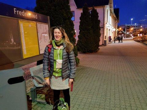 Enkelt forbruk: Ida Julsens private forbruk er på rundt 10.000 kroner i måneden. Hun reiser lett når hun skal på tur. Her er hun på togstasjonen i Fredrikstad på vei til Malaga i Spania.