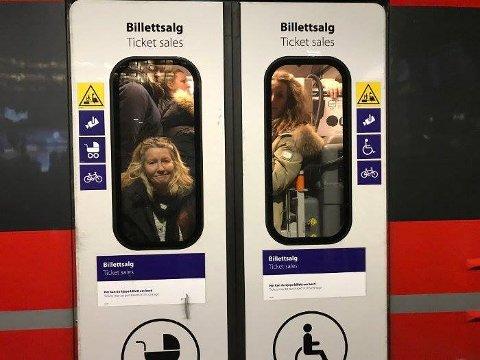 Finnes det ingen grenser for hva brukerne av Østfoldbanen skal finne seg i av stappfulle tog og frysing på perronger? spør artikkelforfatteren.