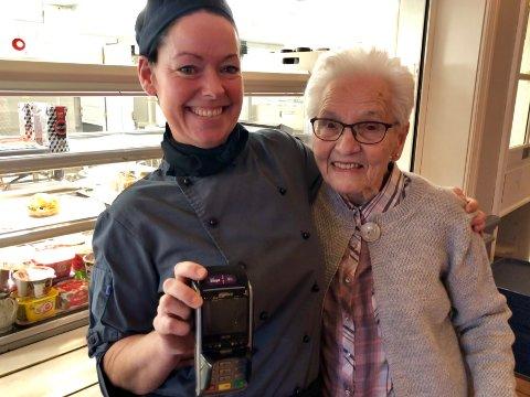FORNØYDE: Både arbeidsleder Julie Dahle og kunde Ranveig Aalerud synes det fungerer bra med kontantfri kantine. Likevel skal kontrollutvalget nå vurdere lovligheten.