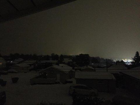 Uten lys og varme: Slik så det ut i boligstrøket ved Råkollenveien og Fiolveien mandag kveld.