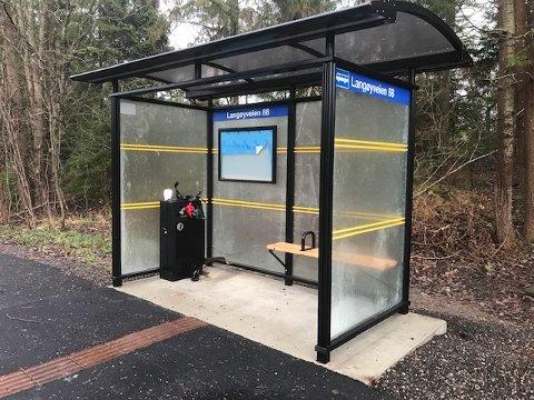 IKKE PASSASJERER: Det er få busspassasjerer som venter på bussen ved busskuret ved Langøyveien 88.