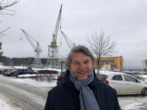 LØFTER KRANENE: Jens Olav Simensen har jobbet for bevaring av Værste-kranene i mange år. Nå begynner arbeidet å gi resultater.