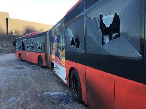 Hærverk: Denne bussen er parkert ved Torp Bruk og har trolig stått der et par dager. Lørdag morgen fikk politiet melding om at den var ramponert.