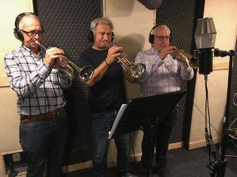 Tre fjerdedeler: Morten Haugsten-Hansen, Bjørn Helgesen og Jon Erik Lindberg (fra venstre) la på trompeter i innspillingen. Fjerdemann, Espen Christoffersen, satt i kontrollrommet.