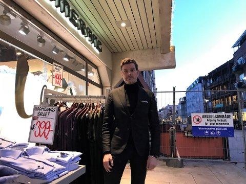 NÅR?: Kristian Fr. Kristiansen i klesforretningen Boomerang er en tålmodig sjel, men begynner å få nok av sperringene i gågata.
