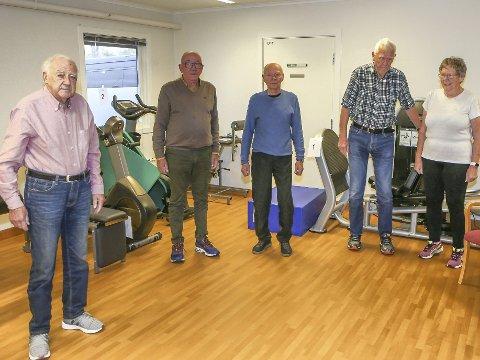 TRIMMENS ELDSTEMANN: Olaf Olafsen til venstre og de andre karene (pluss en av de deltagende damene) er klar til å ta fatt på tirsdagens seniortreningen. Stedet er Dypedalsåsens treningsrom.