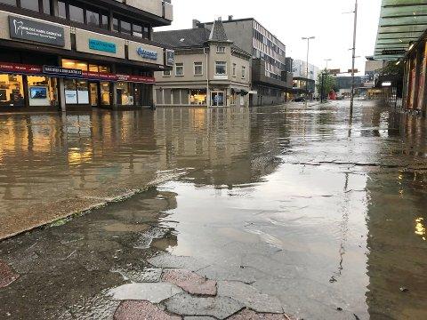 Styrtregn har en rekke ganger gitt oversvømmelser i Fredrikstad. Her var det krysset Glade Hjørne som ble oversvømt i 2019.