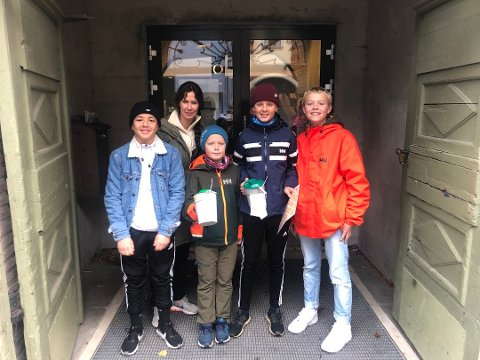 Bidro: Mohamed Belhadji (13), Elisabeth, Lauritz (10) og Waldemar (13) Bjørnstad Karlsen og Ola Veine Karterud (13) gikk med bøsser søndag og bidro til at tv-aksjonen fikk inn penger.