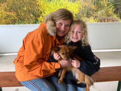 Anne Thorsrud skal spille «Mormoren» og ti år gamle Tuva Oliva Remman skal spille piken «Johanna» i oppsetningen av «Piken med Svovelstikkene». Den lille hunden Elsa skal spille seg selv.
