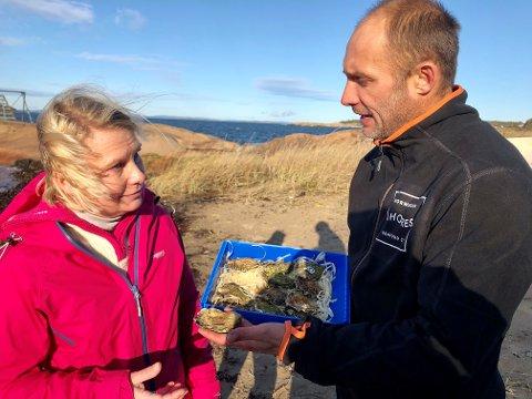PROBLEM: Stillehavsøstersen er et stort problem i Oslofjorden. Elin Tvete (Sp) og østersfisker Andreas Åmli Hansen i Storm Østers er enige om at noe må gjøres.