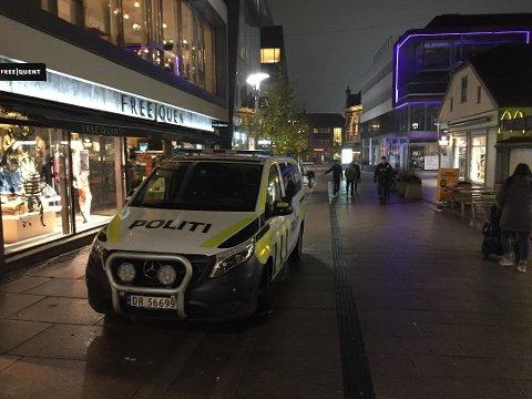 Flere politipatruljer jaktet ranerne etter hendelsen torsdag kveld. Morgenen etter var to unge gutter pågrepet og siktet for ranet.