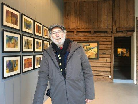 Fredrikstad-kunstneren Chris White har rundet 83 år, men har ingen planer om å legge fra seg penselen. De siste tre årene har han stått på, og lørdag åpner en ny salgsutstilling i Galleri Klavestad i Gamlebyen.