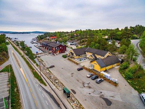 «Halve» Ødegårdskilen: Både Coop-bygget og det gule næringsbygget som huser Øykroa, Apoteket og blomsterforretningen i Ødegårdskilen  på Vesterøy er til salgs.