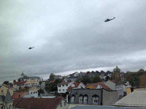 Flere helikoptre er lett synlige over Fredrikstad sentrum onsdag ettermiddag. Dette bildet er tatt ved 14.30-tiden.