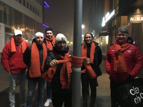 Sprer varme: Philip Hansen (fra venstre, Stjernen), Christian Brevik, Magnus Eikrem Haugen (Stjernen), Ludvig Begby (foran, FFK), Andrea Rønnning (FBK) og Ørjan Løvdal er blant flere som deltar i årets skjerf-aksjon for et varmere samfunn.