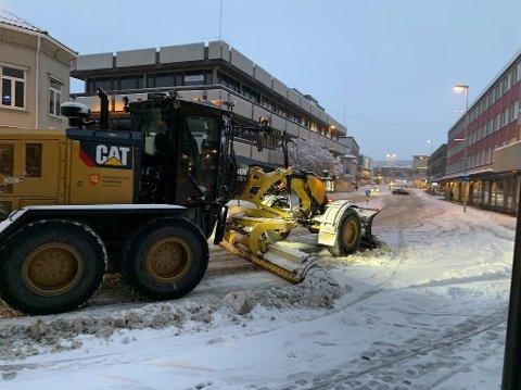 Hektisk: Denne uken startet med et brak for kommunens brøytemannskaper, etter snøfallet natt til mandag. Her er en av bilene i Farmannsgate.