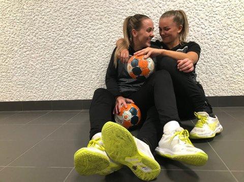 GLEDER SEG: Karoline Syversen (til venstre) og kusinen Ida Marie Syversen Kallhovd er spente foran søndagens gratiskamp mot Molde i Kongstenhallen. Foto: Vidar Henriksen