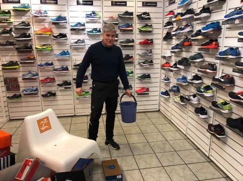 Oversvømt: Svein Arild Røhne i Löplabbet fortviler over vannlekkasje i butikken.