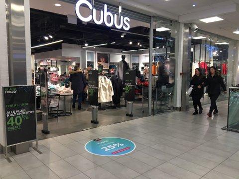 ÅPENT: Cubus i Torvbyen er blant butikkene som fremdeles holder åpent, selv om åpningstidene er redusert. En del andre butikker i Torvbyen holder stengt. Dette bildet er tatt i høst.