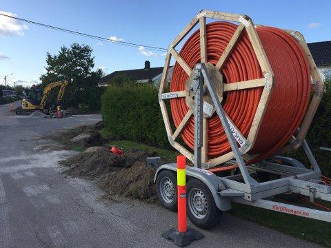 Søknadspliktig: Viken Fiber har startet utbygging av fibernettet i Karlshus. Kommunen vil vurdere om anlegget er søknadspliktig etter plan- og bygningsloven.