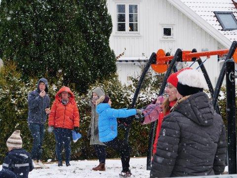 LEKEVÆR: I Engelsviken finnes det ikke dårlig vær, iallfall ikke så lenge lekeplassen er bra. Mange tok turen i snøværet for å ferie åpningen av den nye lekeplassen og teste de nye fasilitetene.