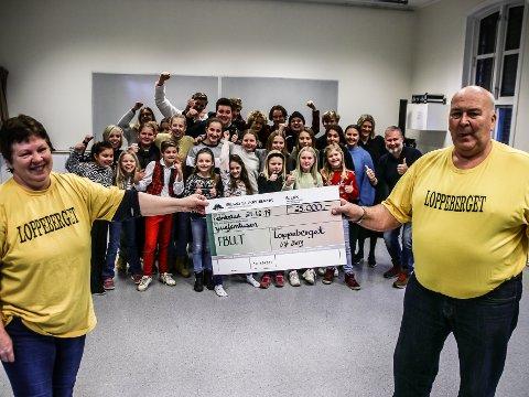 Ellen Gjerde (til v.) og Ulf Berg fra Loppeberget kunne dele ut sjekken på 25.000 kroner til suksessgjengen fra Fredrikstad Barne og Ungdomsteater lørdag.