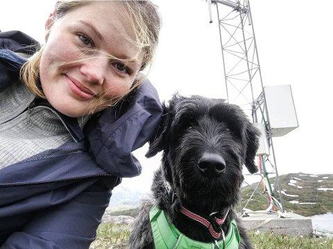 Maren Bina Aarstrand fra Sandnessjøen måtte avlive hunden Tjorven etter en uanmeldt rakettoppskyting for seks uker siden. Tjorven ble aldri den samme, men fikk panikkangst og ble aggressiv. Nå ber Maren alle holde seg til rakettoppskytingen nyttårsaften etter klokken 18. Foto: Privat