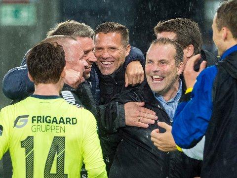 MYE MORO: Tom Freddy Aune og Geir Bakke (sentralt i bildet) har opplevd mye moro sammen i Sarpsborg 08.