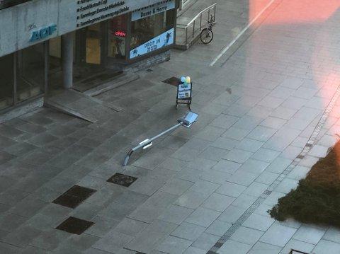 HELT KNEKT: Det er tøft å være gatelys på Stortorvet om dagen. På kort tid har to lysstolper fått seg en knekk i forbindelse med varetransport.