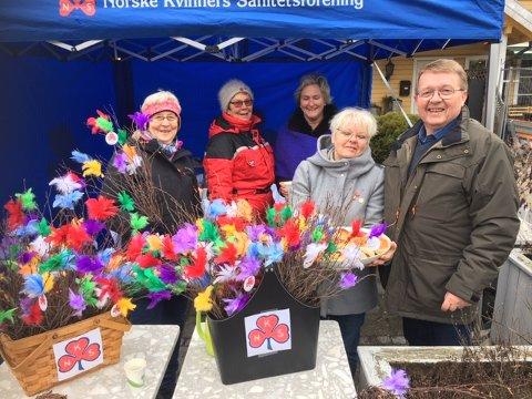 Eivind Borge er støttemedlem i foreningen, og han hjalp damene i Hvaler Sanitetsforening med salget av fastelavnsris i helga.