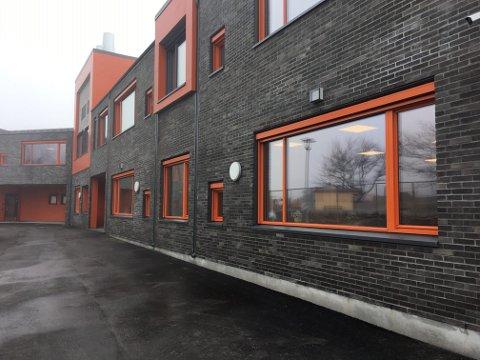 – FANTASTISK: Rektor Erik Lind ved Trosvik skole sier  det føles fantastisk med et splitter nytt skolebygg.