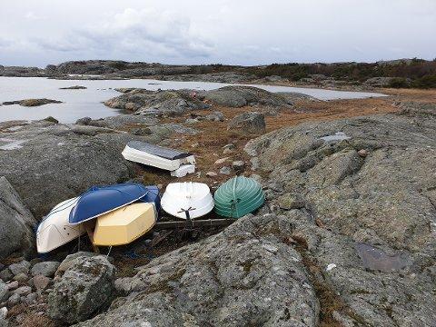 Mindre joller som ligger i vinteropplag i strandsonen på Hvaler er ikke et sjeldent syn. Problemet er bare at det ikke er lov i nasjonalparken. Her fra Smalsund på Herføl.