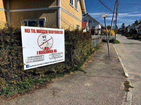 HAR PROTESTERT LENGE: Allerede før planene for Riisløkka 46 ble kjent, startet naboer en protestaksjon med plakater og underskriftskampanje.