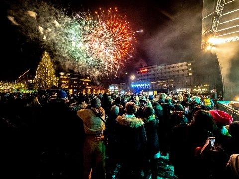 Nyttårssuksess i Sarpsborg: Festen på torget er blitt en årlig foreteelse, i år kom over 5.000 til feiringen. I Fredrikstad kan det være aktuelt å ha lasershow, noe rådmannen skal vurdere. (Arkivfoto: SA)