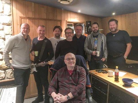 Sammen i studio: Svein Gundersen ble trygt plassert i produsentstolen, og sju D.D.E.-menn var med på innspillingen av Frode Vikens siste låter. Fra venstre: Eivind Berre, Arnt Egil Rånes, Eskil Brøndbo, Terje Tranaas (1992-2002), Bård Jørgen Iversen, Daniel Viken og Bjarne Brøndbo