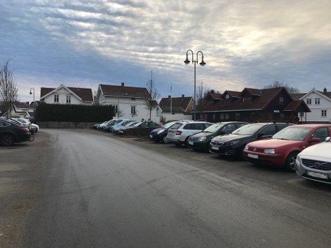 BUTIKKENE STENGT, MEN: Dette bildet er tatt ved 08-tiden på morgenen på parkeringsplassen inntil Gressvik torg. På dette tidspunktet er ingen butikker åpne, men parkeringsplassen full av biler.