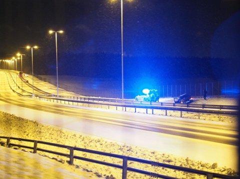 Bil som har havnet utenfor E6 ved Skjeberg pukkverk