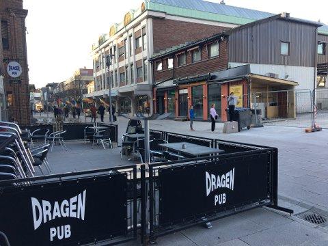 På flyttefot: Dragen Pub skal inn i lokalene på den andre siden av gaten, i det toetasjers bygget med oransje vegger.