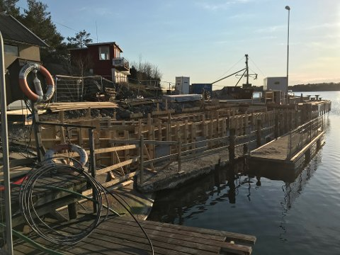 Kommunen fikk seg noen overraskelser da de skulle gå i gang med oppgradering av brygga i Slevikkilen. Nå håper de å være ferdig i slutten av mai.