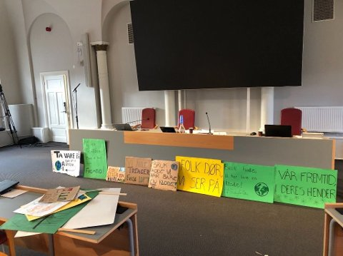 Ungdommens klimaprotester i kommunestyret: - Jeg lovte ungdommene som protesterte for klimaet utenfor rådhuset for en tid tilbake at jeg skulle sette opp plakatene deres i kommunestyret, så politikerne kan se dem, forteller ordfører Thor Edquist (H).