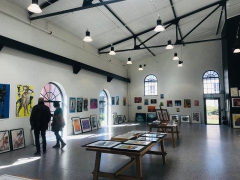 HYDROGENFABRIKKEN: Denne helgen stilles kunst fra mer enn 30 kunstnere ut i en felles utstilling i Kompressorhallen på Hydrogenfabrikken.