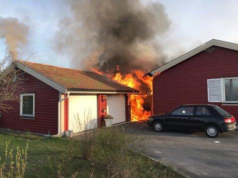 Fra garasje til hus: Flammene spredde seg mandag morgen, men både beboernes egeninnsats og brannvesenet hindret for store skader.