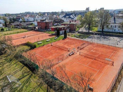 UENIGE OM HVA DET ER PLASS TIL HER: Fredrikstad Tennisklubb mener det er plass til 20–26 rekkehus eller 10–12 eneboliger på klubbens eiendom. Kommunen mener det er rom for åtte boliger på to av banene, mens naboene mener det ikke skal tillates boliger der i det hele tatt.