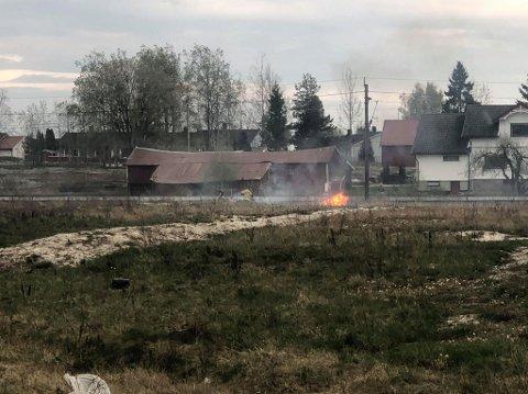 Det brenner i gresset ved jernbanesporet på Rolvsøy onsdag kveld.
