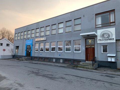 Daglig leder og styreleder i Lisleby-bedriften Østfold Felgteknikk må møte i Fredrikstad tingrett tiltalt for grove brudd på forurensningsloven.