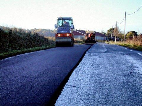 17,5 MILLIONER: Det er satt av 17,5 millioner kroner til nyasfaltering av kommunale veier i år.
